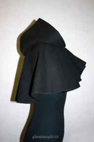 Черная пелерина с капюшоном