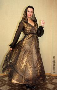 Длинное шелковое платье с капюшоном
